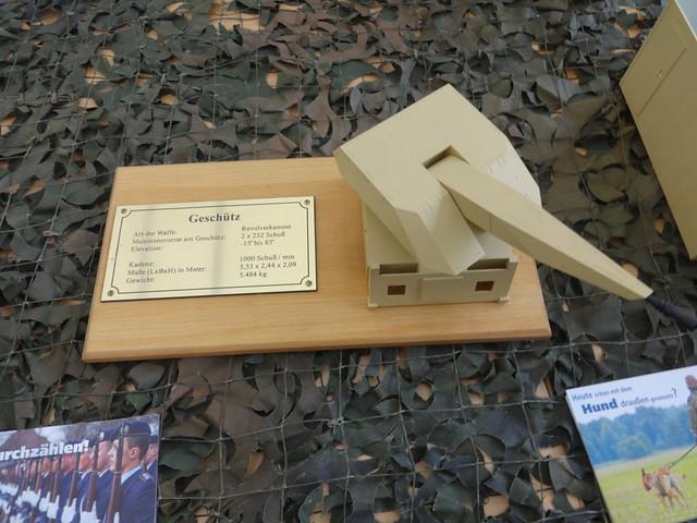 ab 2011 Revolverkanone GDF-020 des verlastbaren Nahbereichs-Flugabwehrsystem MANTIS von Drehtainer der FlaRakGrp 61 in Todendorf Hof Bendlerblock des BMVg Stauffenbergstraße in 10785 Berlin-Tiergarten