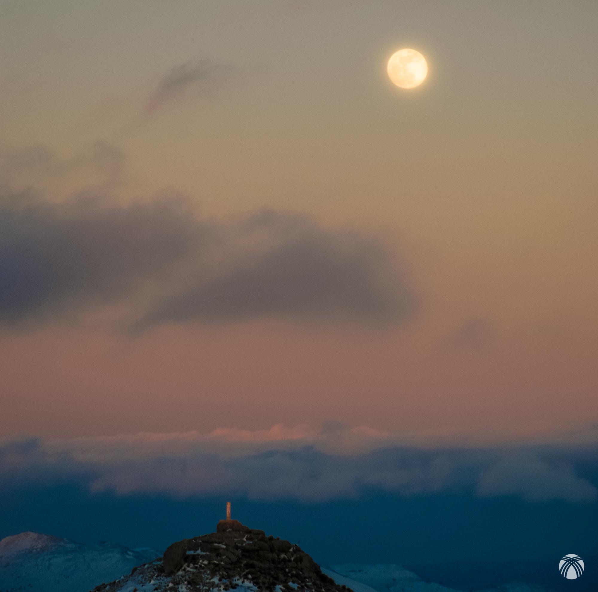 La luna asoma sobre el vértice de las Banderillas
