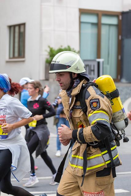 Feuerwehrmann beim Frankfurt Marathon läuft in der Uniform mit Ausrüstung