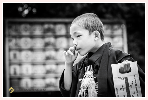 5歳の男の子の七五三 神社の境内で モノクロ写真