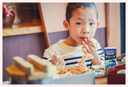 七五三お祝い膳を食べる男の子 甲羅本店 かに料理