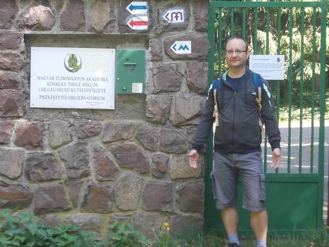 VCSE - A Piszkéstetői Obszervatórium kapuja a kéktúra útvonala felől - Csizmadia Ákos