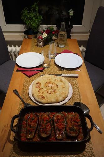 İmam bayıldı (= Vegetarisch gefüllte Auberginen) mit frisch gebackenem Fladenbrot