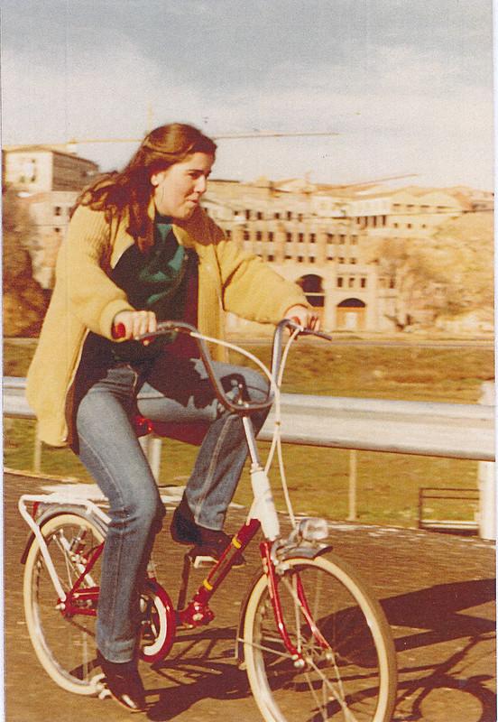Chica en bicicleta pasando por el Puente de Azarquiel aún en obras, años 80.  Colección de Tomás García del Cerro