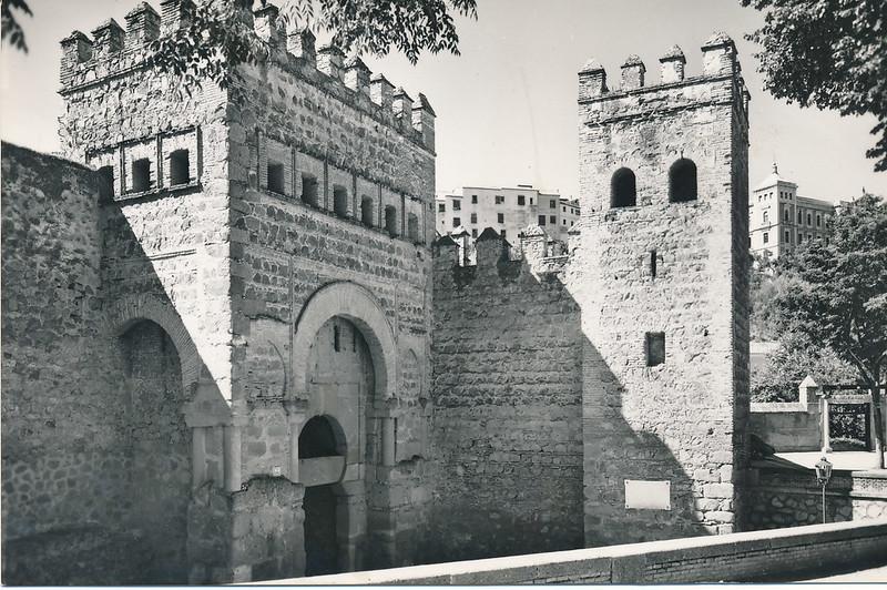 Puerta Vieja de Bisagra y Hostal del Cardenal a mediados del siglo XX. Foto de J. Cebollero. Postal de Dominguez-FISA