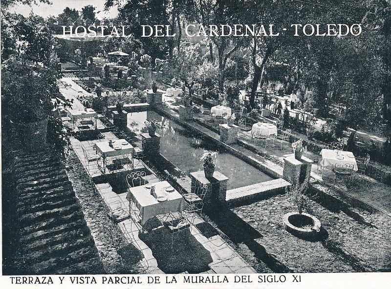 Terraza y jardines del Hostal del Cardenal en los años 50. Colección de Tomás García del Cerro