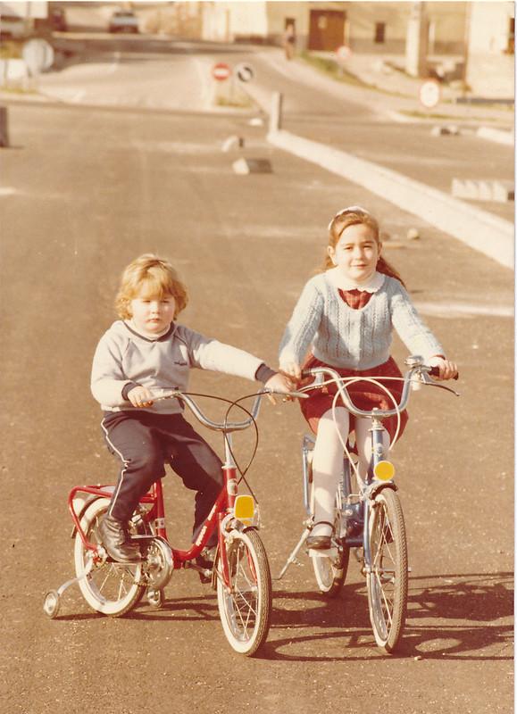 Niños en bicicleta en el Puente de Azarquiel, aún en obras en los años 80. Colección de Tomás García del Cerro