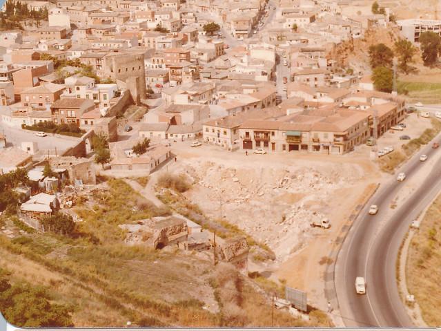 Rellendo con escombros de la zona del Granadal cercana a la Puerta del Vado, años 80. Fotografía de Tomás García del Cerro