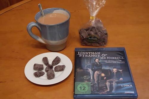 """Schokolade umhüllte kandierte Ingwerstückchen und englischer Tee mit Milch und Zucker zur zweiten Folge der Mini-Serie """"Jonathan Strange & Mr Norrell"""""""