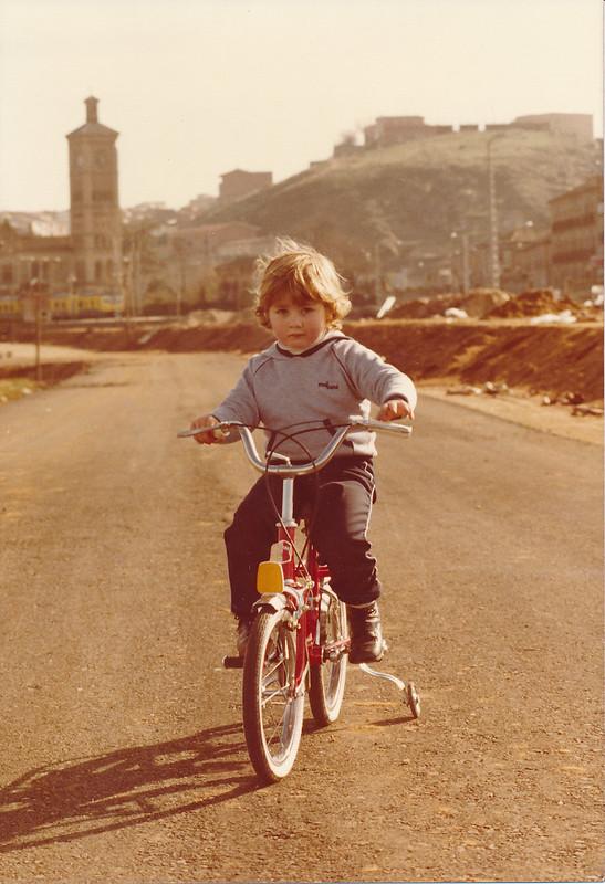 Niño en bicicleta en el Puente de Azarquiel, aún en obras en los años 80. Colección de Tomás García del Cerro