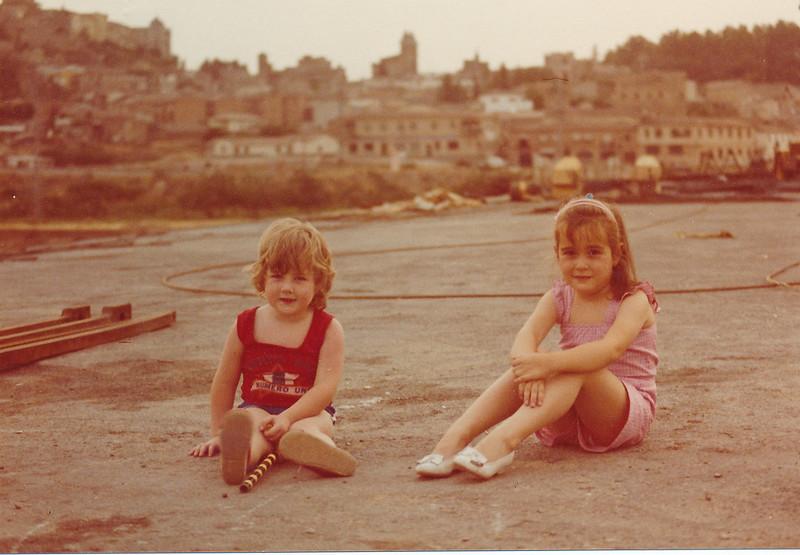 Niños en el Puente de Azarquiel, aún en obras en los años 80. Colección de Tomás García del Cerro