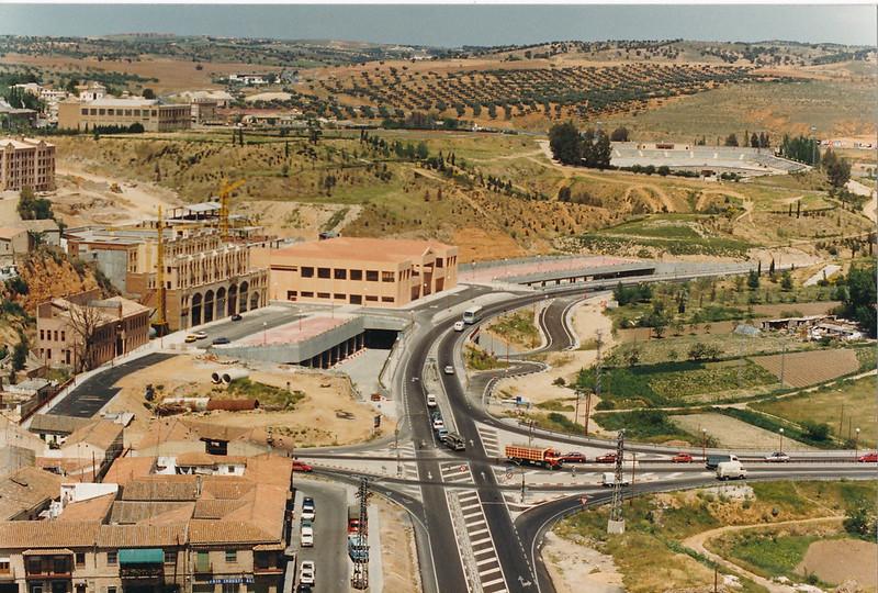 Vista del Granadal hacia 1985. Se observan las obras del Hotel Mayoral y de la estación de autobuses. No había rotonda, sino cruce, para acceder al puente de Azarquiel. Fotografía de Tomás García del Cerro
