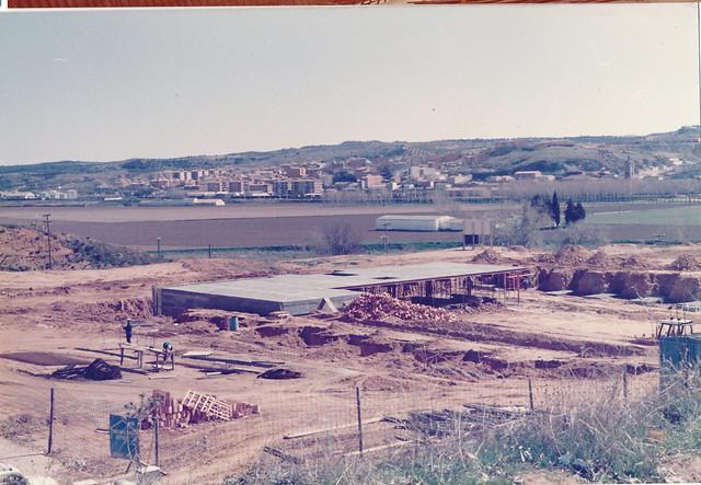 Construcción de la piscina municipal cubierta del Salto del Caballo, años 80. Fotografía de Tomás García del Cerro