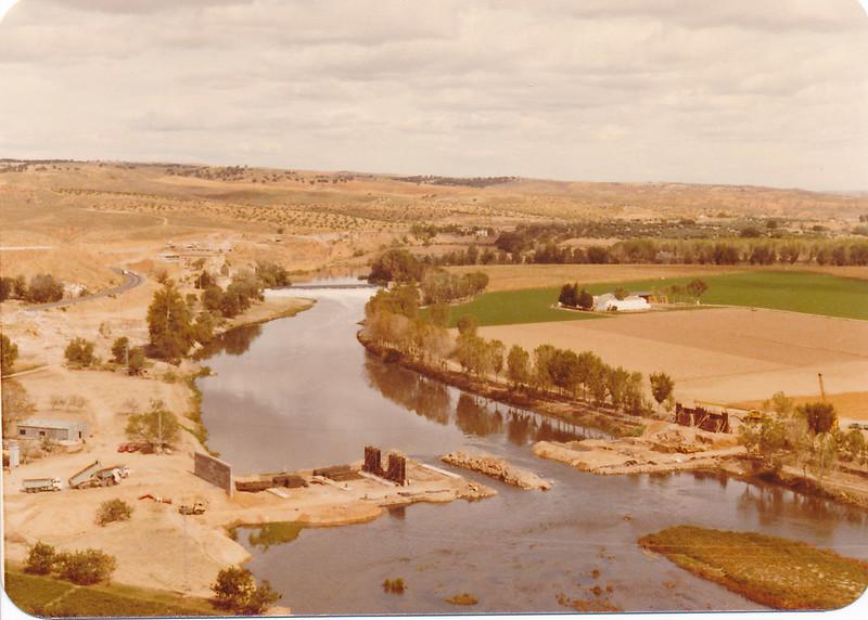 Construcción del Puente de Azarquiel sobre el río Tajo en la huerta del Granadal, años 80. Fotografía de Tomás García del Cerro
