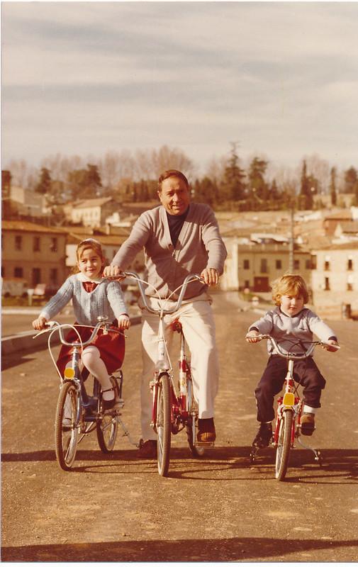 Paseando en bicicleta en el Puente de Azarquiel, aún en obras en los años 80. Colección de Tomás García del Cerro