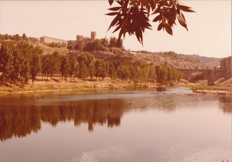 Río Tajo y playa de Safont con una chopera al comienzo de las obras del Puente de Azarquiel, años 80. Fotografía de Tomás García del Cerro