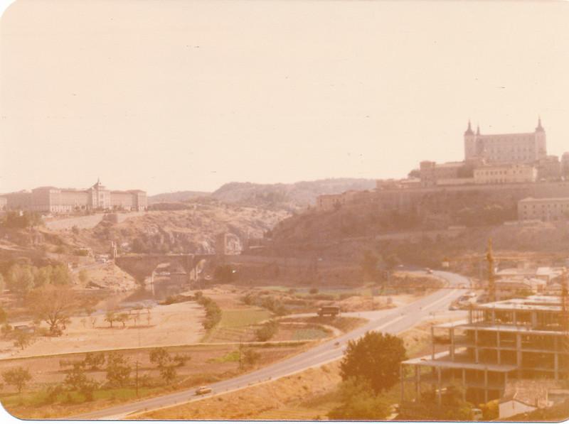 Huerta del granadal, con el hotel Mayoral en construcción. Primeras explanaciones del Puente de Azarquiel. Septiembre de 1981. Fotografía de Tomás García del Cerro
