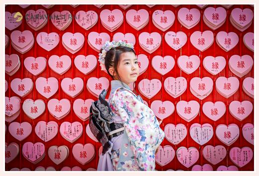 三光稲荷神社 ピンクのハートの絵馬の前で記念撮影 七五三