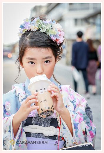 七五三 タピオカミルクティーを飲む7歳の女の子 ヘアスタイル 出張撮影