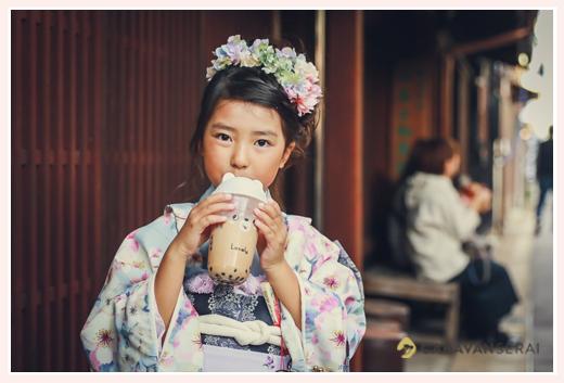 七五三 タピオカミルクティーを飲む7歳の女の子