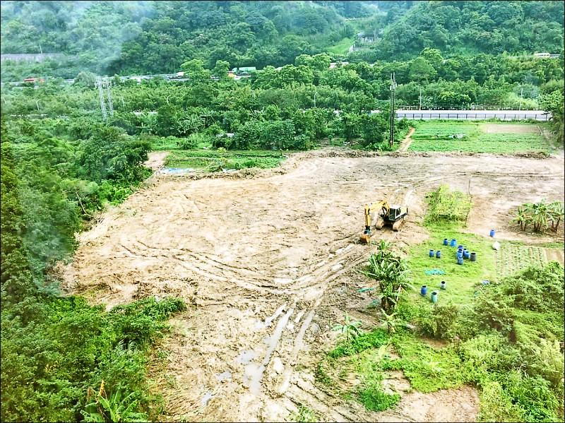 新北市土城區福田路一處農地被違法開挖,農地慘遭「剃光頭」,變得光禿禿。(工務局提供)