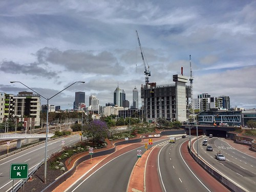 perth city cbd claisebrook station graham farmer freeway road weg snelweg zicht buidlings architecture clouds wolken iphone iphone6 stad cranes kranen lantaarnpalen lampposts