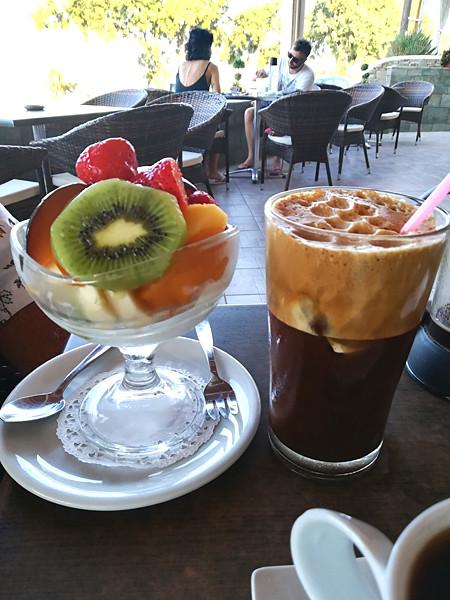 café frappé et yaourt aux fruits