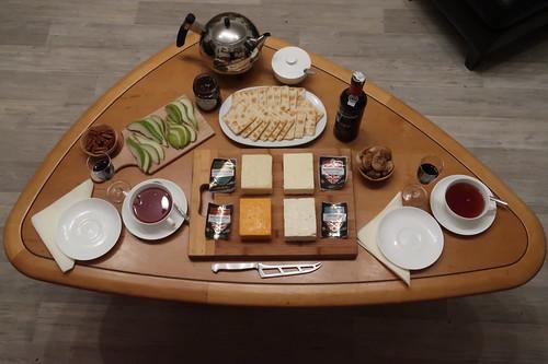 Englische Käse, Cracker, Pekannüsse, Birne, getrocknete Feigen, TipTree Chutney, Portwein und Tee (Tischbild)