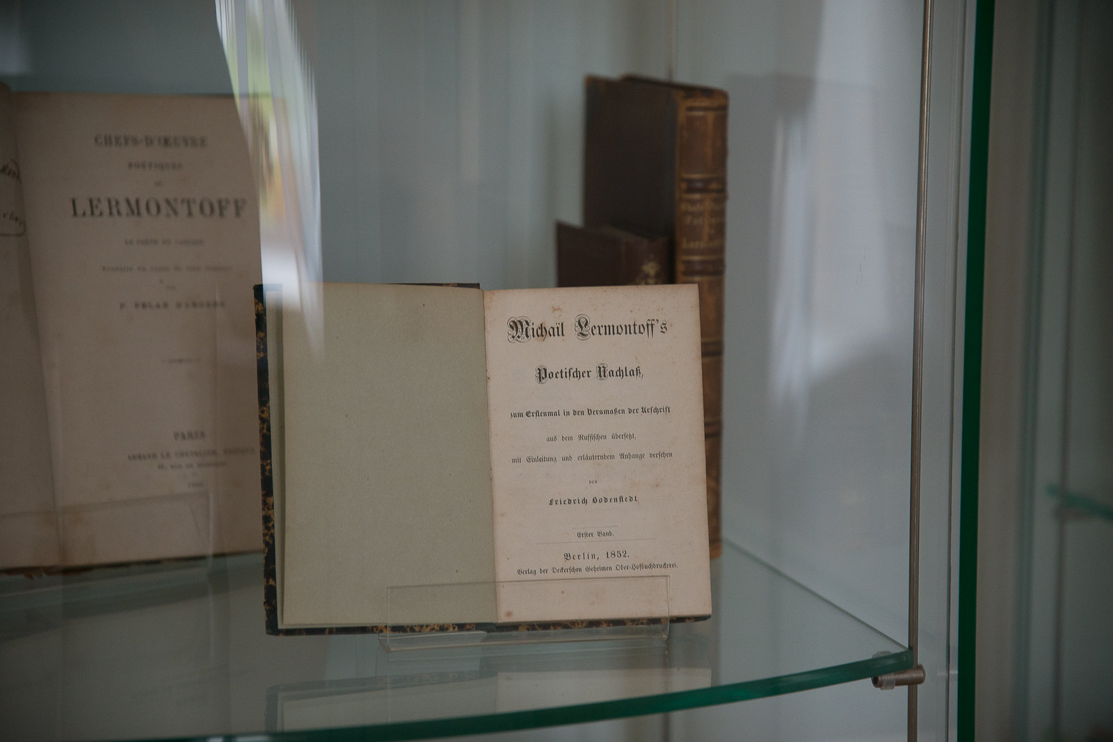 В фойе музейно-просветительского центра работает выставка «М.Ю. Лермонтов в переводах».