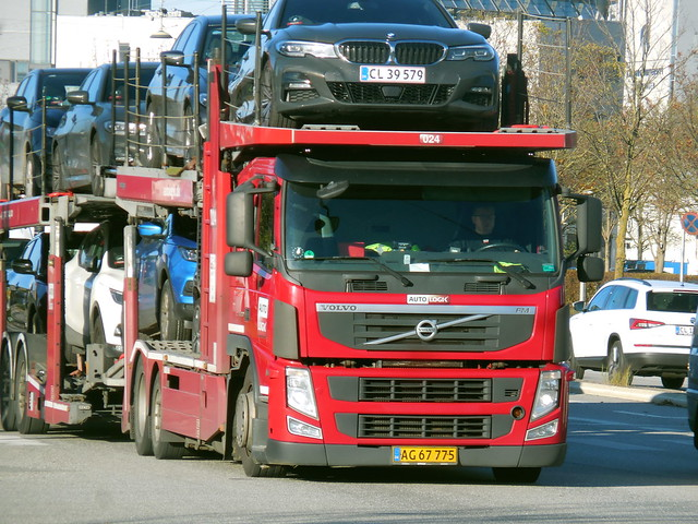 Volvo FM AG67775 transports hire cars in the direction of Copenhagen airport