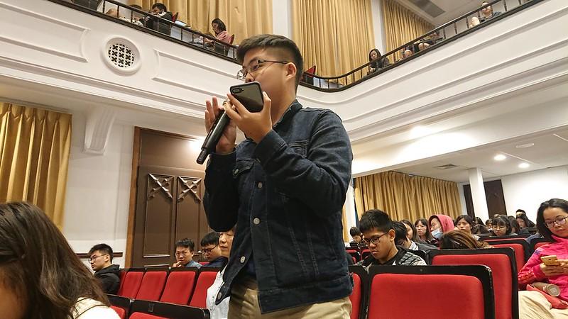 面對同學提問是否有跳脫都市的可能,蘇仰志指出下鄉需要社會資本與與社群連結,但他也期待雜學校在臺東各地綻放的一天。圖/廖郁菁攝
