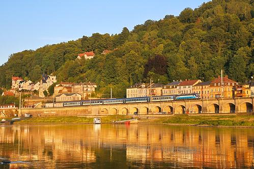 železnice most německo ec loď řeka labe západslunce večer vectron cd193 přístav odrazvevodě railway bridge procitytrain boat river sunset evening port