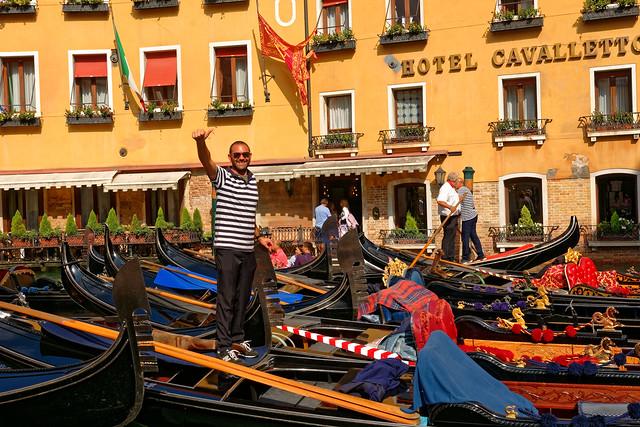 Venezia / Bacino Orseolo /  Il gondoliere