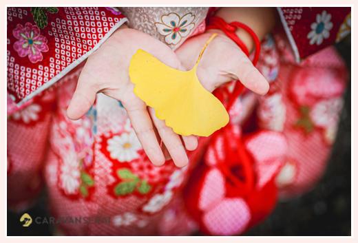 七五三 いちょうの葉をもつ女の子の手元アップ写真