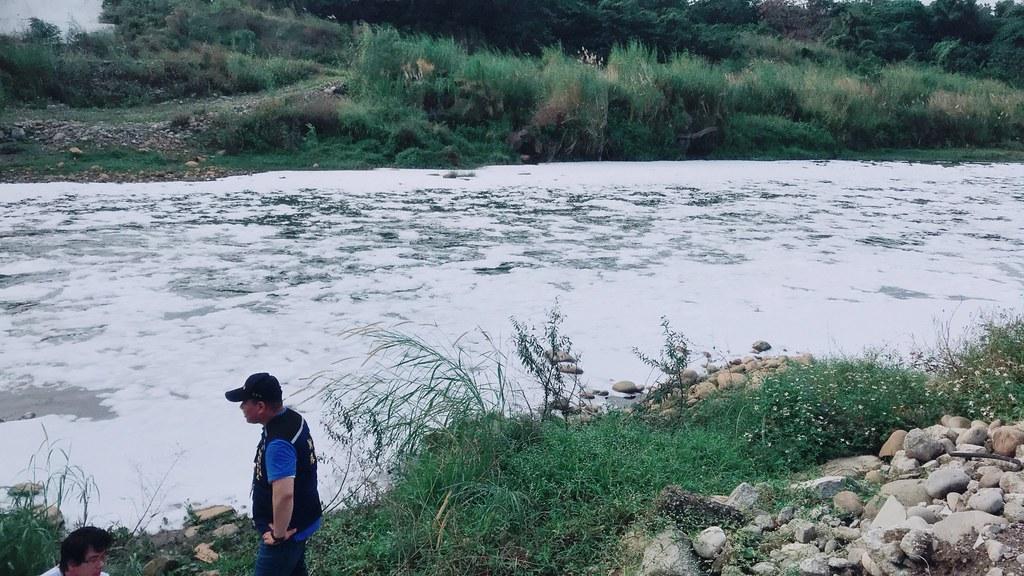 環保局於去(107)年12月底接獲報案,反映本市三峽河柑城橋下有大量泡沫流出