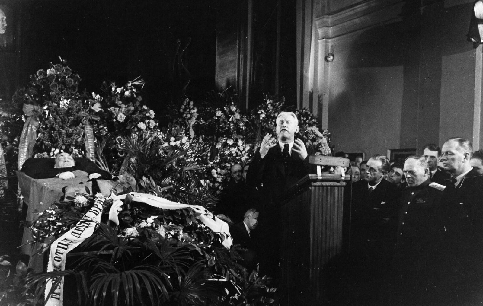 1948. Генеральный секретарь Союза писателей СССР Александр Фадеев выступает на похоронах Соломона Михоэлса