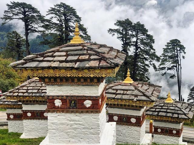 Chortens en el Dochula Pass (Bután)
