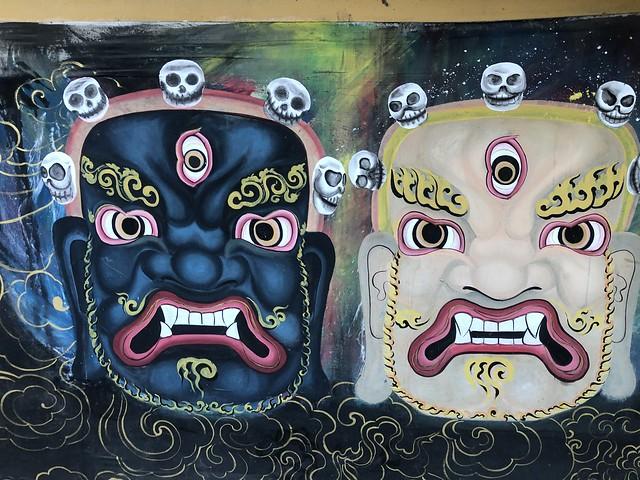 Grafitti con máscaras ceremoniales típicas de los tsechus o festivales en Bután