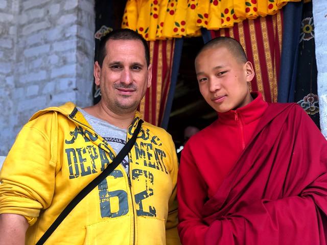 Sele junto a un monje budista en Bután