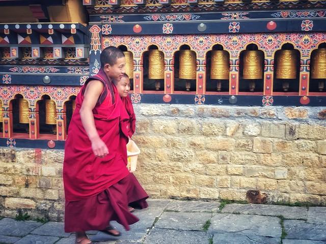 Monjes en el templo blanco (Valle de Haa, Bután)
