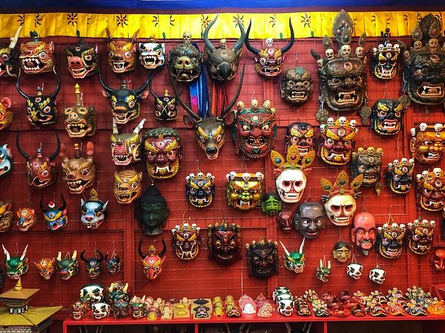 Máscaras ceremoniales que se venden en Bután