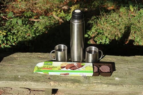 Schokoladen-Hafer-Cookies und gesüßter Schwarzer Tee (bei einer Rast auf dem Spaziergang)