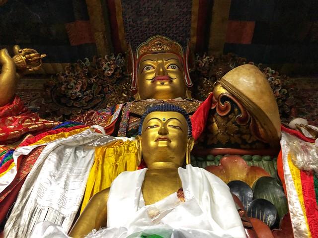 El Gurú Rinpoche y Buda en un templo de Bután