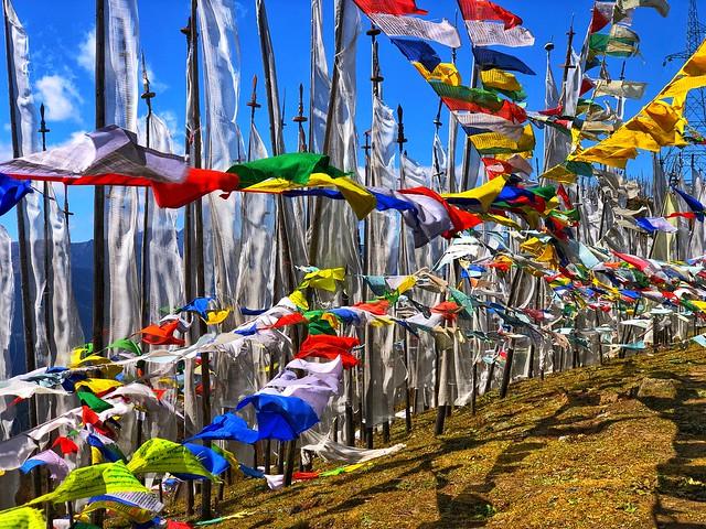 Banderas de oración en un paso de montaña de Bután