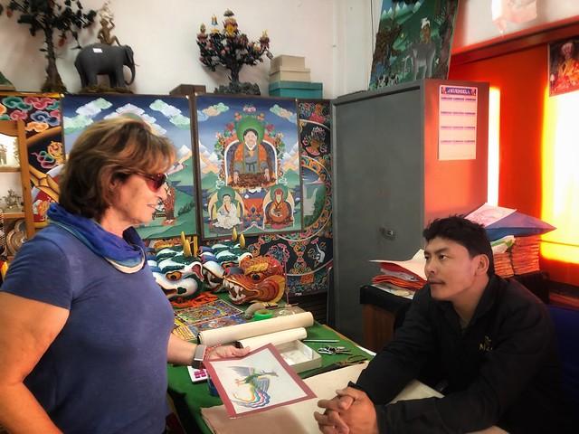 Pilar Rabadán comprando en una tienda de artesanía de Bután