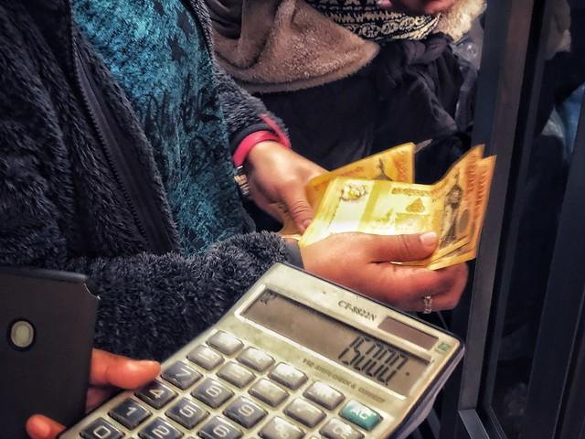 Cambiando dinero en Bután (calculadora en mano)