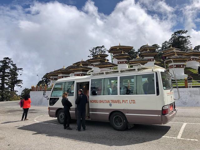 Minibús típico que se utiliza para moverse en Bután