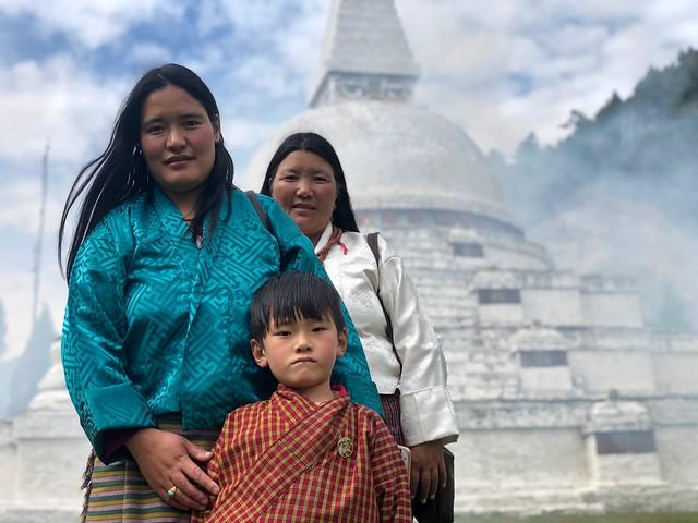 Familia en Bután delante de una estupa budista (Viajar a Bután)