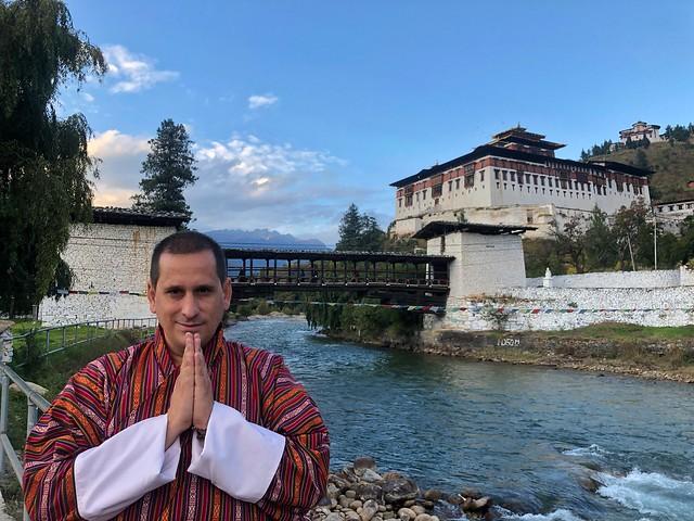 Sele en Bután vestido con un gho, traje típico butanés