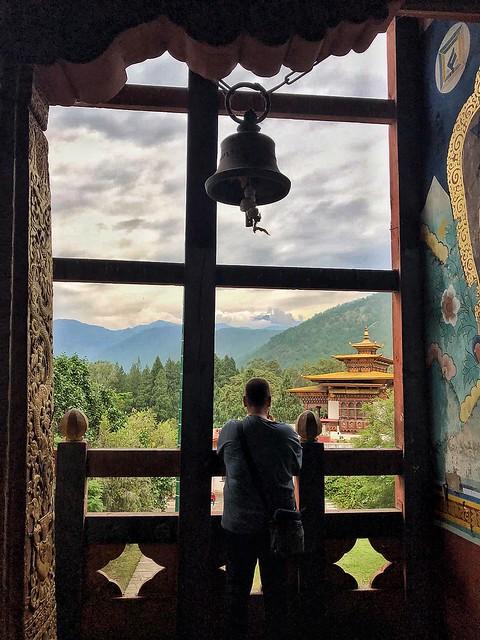 Haciendo fotos en un dzong de Bután